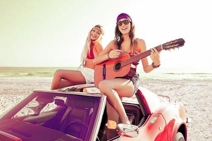 車の前でギター