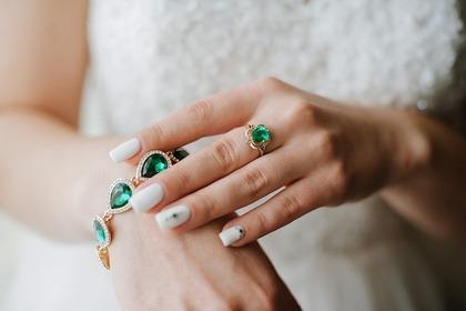 宝石を身につける女性