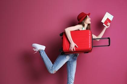スーツケースを持つ女性