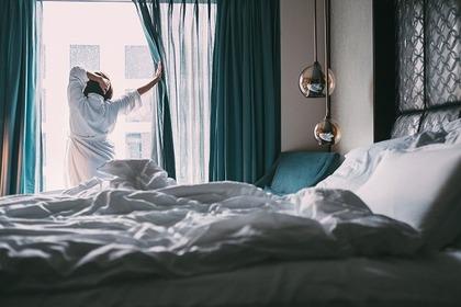 ホテルに泊まる女性