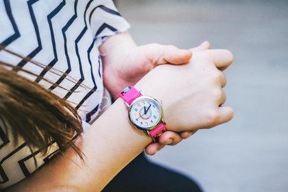 時計を見る女性