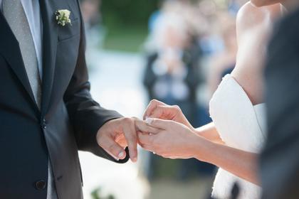 婚約指輪をはめる女性