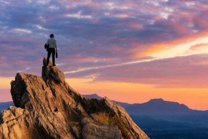 崖に立つ男性