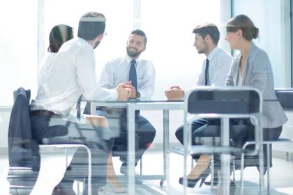 会議室で会議をする人たち