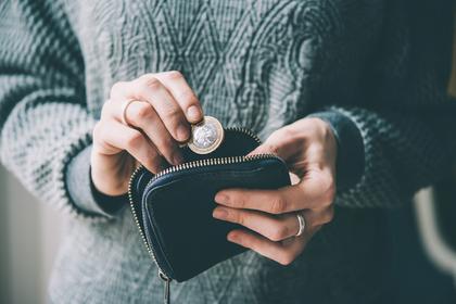 財布から小銭を出す