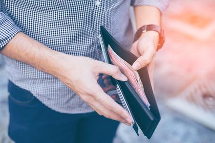 財布の中を確認する画像
