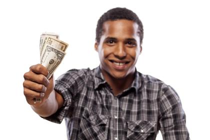 手にお金を持っている男性