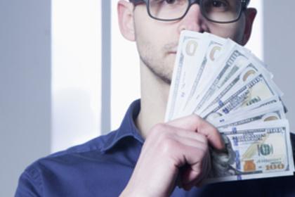 お金を持っている男性