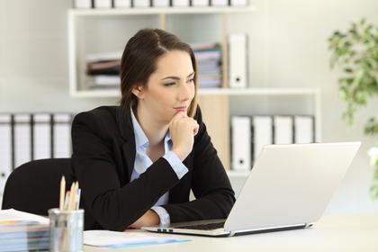仕事中に考え事をする女性
