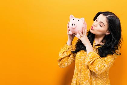 貯金を見る女の人