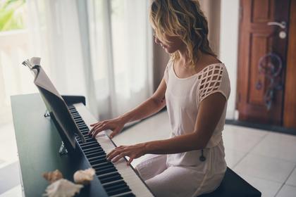 ピアノをひく女性