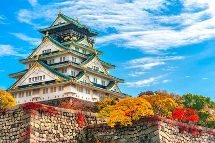 カエデが美しい紅葉の城