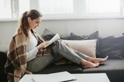 休日の読書を楽しむ女性