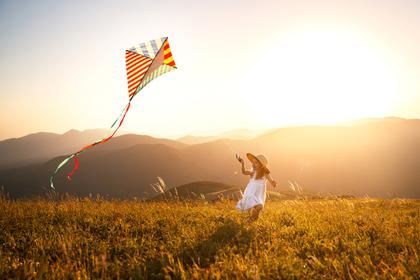 凧を揚げる女性