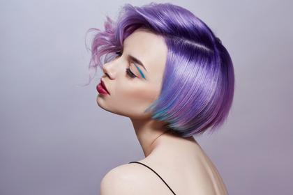 紫色の髪をした女性